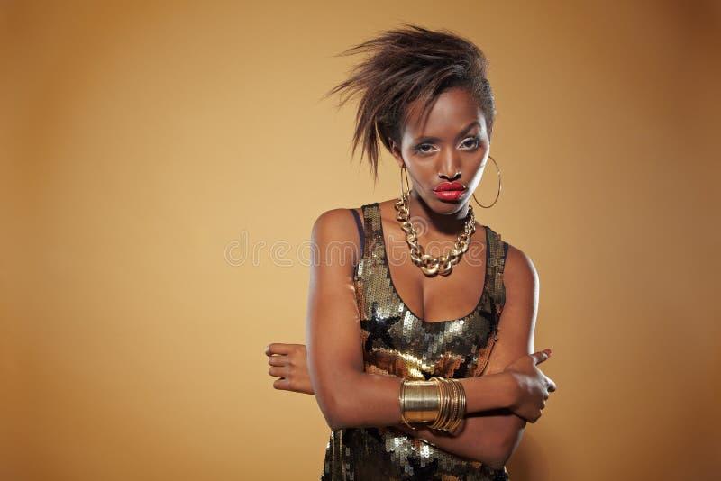 Stilvolle afrikanische Frau, die ernsthaft schaut lizenzfreies stockfoto