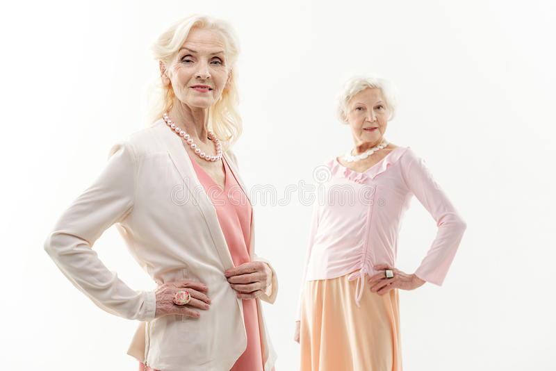 Stilvolle alte Frauen, die ihre Eleganz zeigen stockbilder