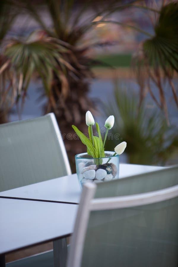Stilvolle Anordnung mit Tulpen auf einer Tabelle für zwei lizenzfreie stockfotografie