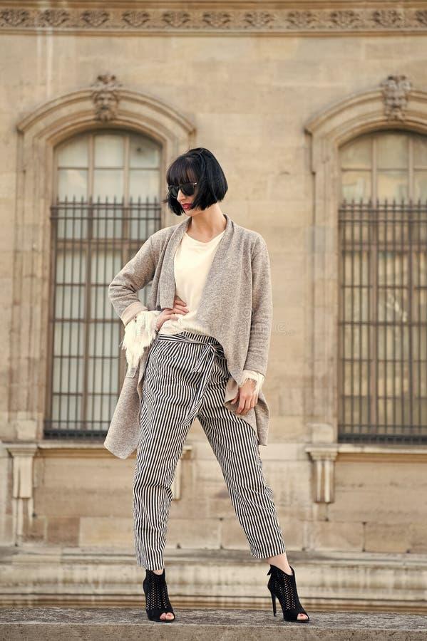 Stilvolle Ausstattung Moderne Modellaufstellung der Frau im Freien Mädchen Brunette-Pendelfrisur schaut stilvoll Moderne Dame des stockbilder