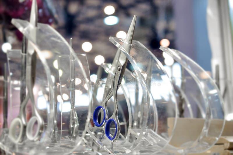 Stilvolle Berufs-Barber Scissors, Haar-Ausschnitt und Effilierschere im Einzelhandelsgeschäftglasfenster zeigt Schaukasten an Hai stockfoto