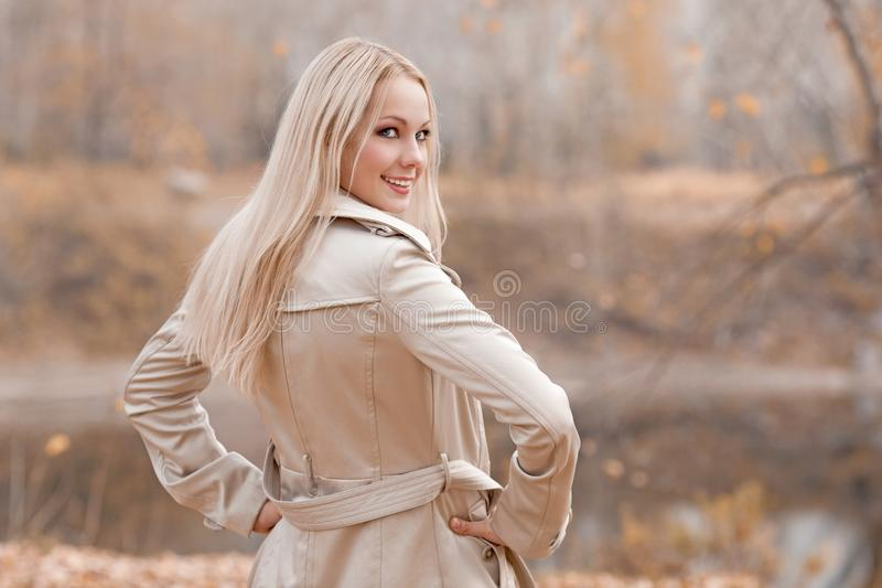 Stilvolle blonde Frau im Herbstpark stockbild