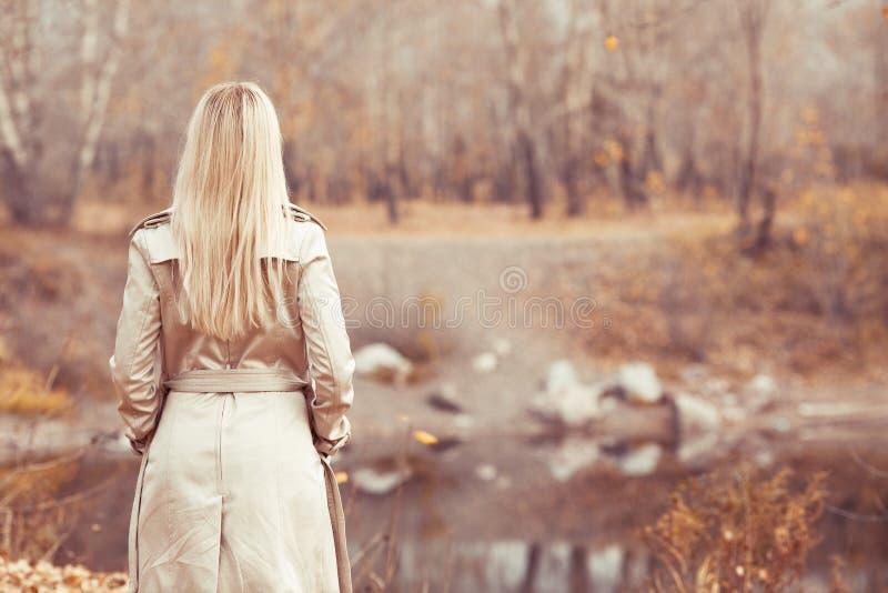 Stilvolle blonde Frau im Herbstpark lizenzfreie stockfotos