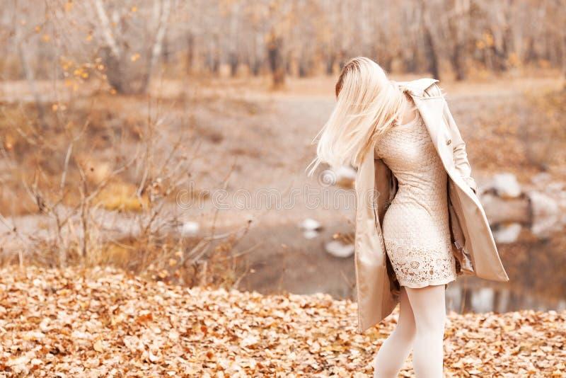 Stilvolle blonde Frau im Herbstpark lizenzfreies stockfoto