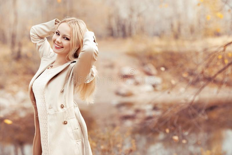 Stilvolle blonde Frau im Herbstpark stockfotos