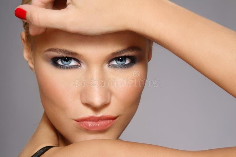 Stilvolle Blondine lizenzfreie stockbilder