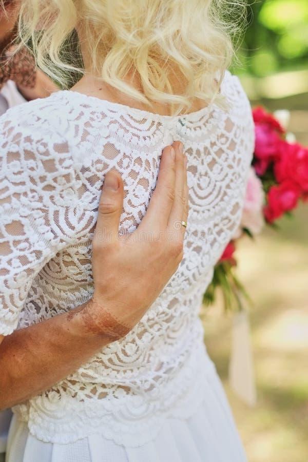 Stilvolle Braut und Bräutigam Gerade merried Gleichheit, Krawatte und Kristallschmucksachen Abschluss oben Glückliche Braut und B stockfotografie