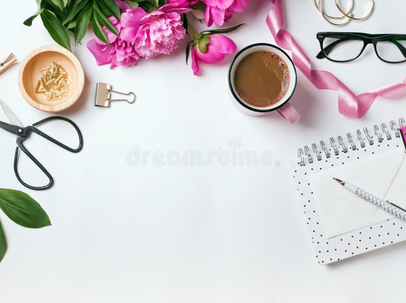 Stilvolle Einzelteile und schöne rosa Pfingstrosen stockfotos