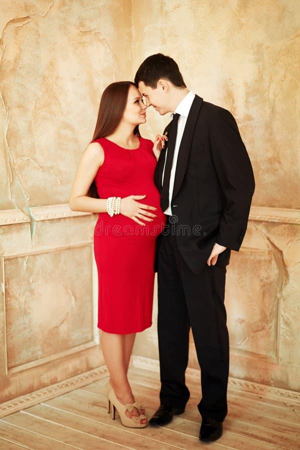 Stilvolle elegante junge Paare, die ein Baby warten stockfoto