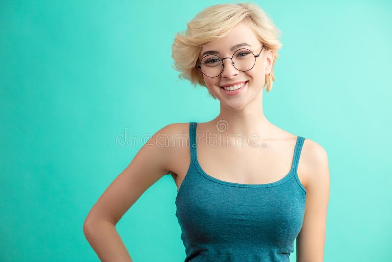 Stilvolle Franse frisur Frau mit kurzer blonder Frisur lizenzfreies stockfoto
