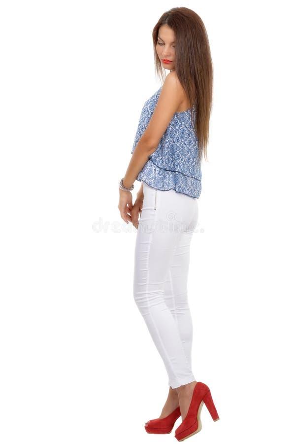 stilvolle Frau des schönen Brunette lokalisiert auf weißem backg stockfotografie