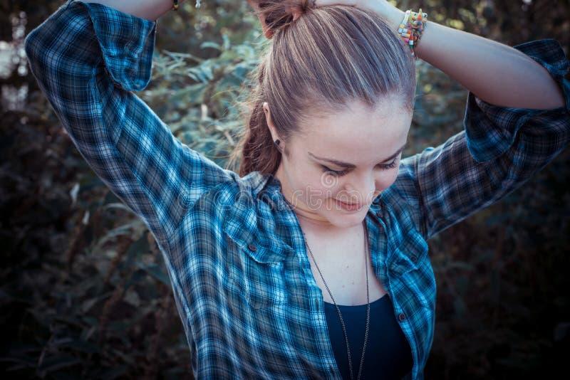 Stilvolle Frau des schönen jungen blonden Hippies lizenzfreie stockfotos