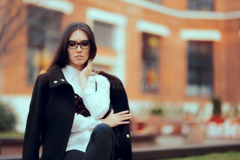 Stilvolle Frau, die modernen Autumn Outfit trägt lizenzfreies stockfoto