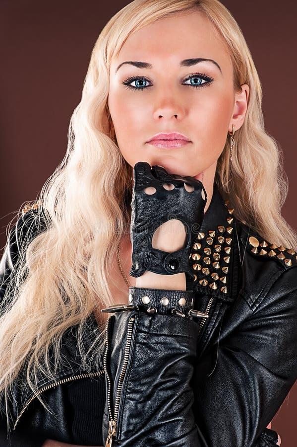 Stilvolle Frau in einer Lederjacke stockbilder