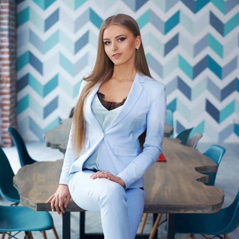 Stilvolle Frau im modernen Innenraum lizenzfreie stockfotos
