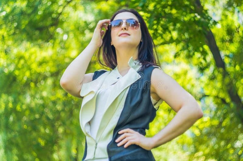 Stilvolle Frau im Park lizenzfreie stockfotos