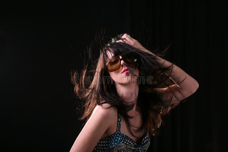 Stilvolle Frau mit dem langen Haar stockbilder