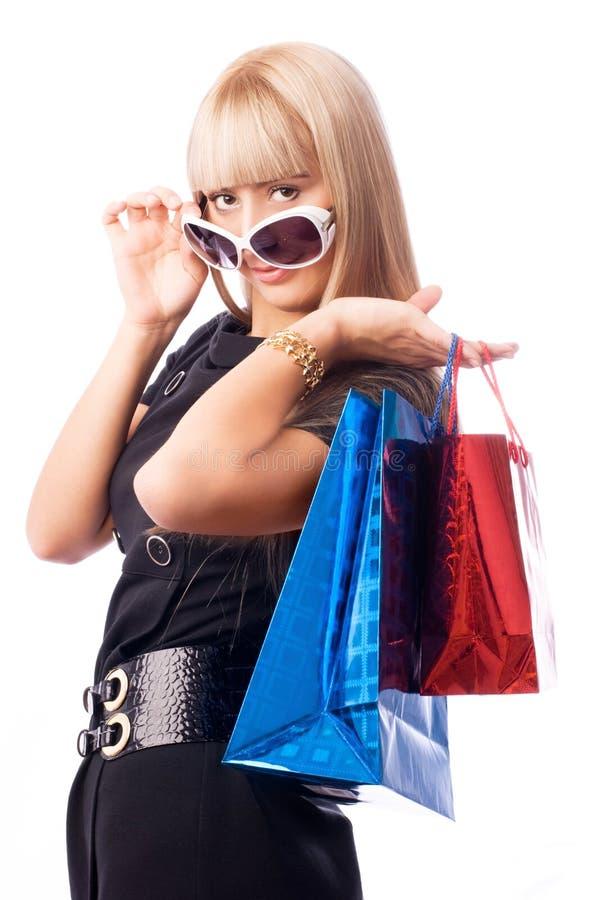 Stilvolle Frau mit Einkaufenbeuteln lizenzfreie stockfotos