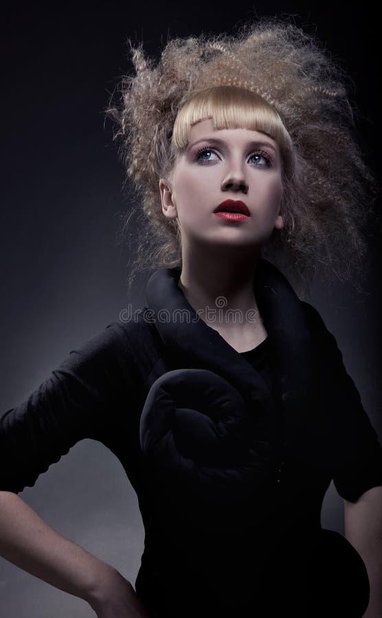 Stilvolle Frau mit erstaunlichem Haarschnitt stockbilder