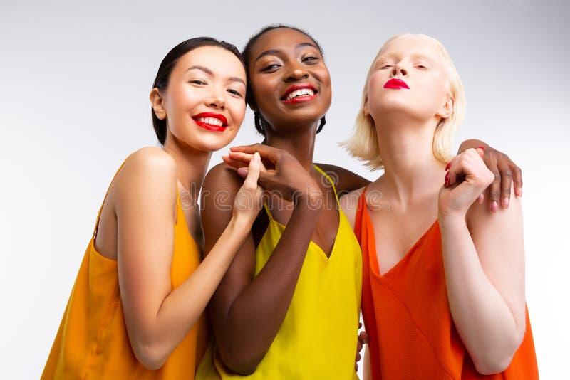 Stilvolle Frauen, die f?r verschiedene und Gleichheitsfotoaufnahme aufwerfen lizenzfreie stockfotografie