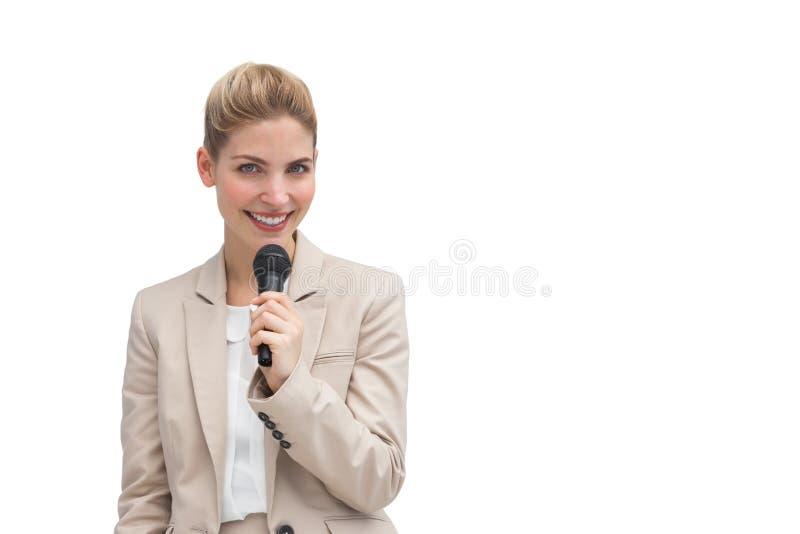 Stilvolle Geschäftsfrau, die Mikrofon hält stockfoto