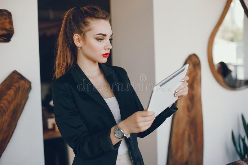 Stilvolle Geschäftsfrau in einem Café lizenzfreie stockfotos