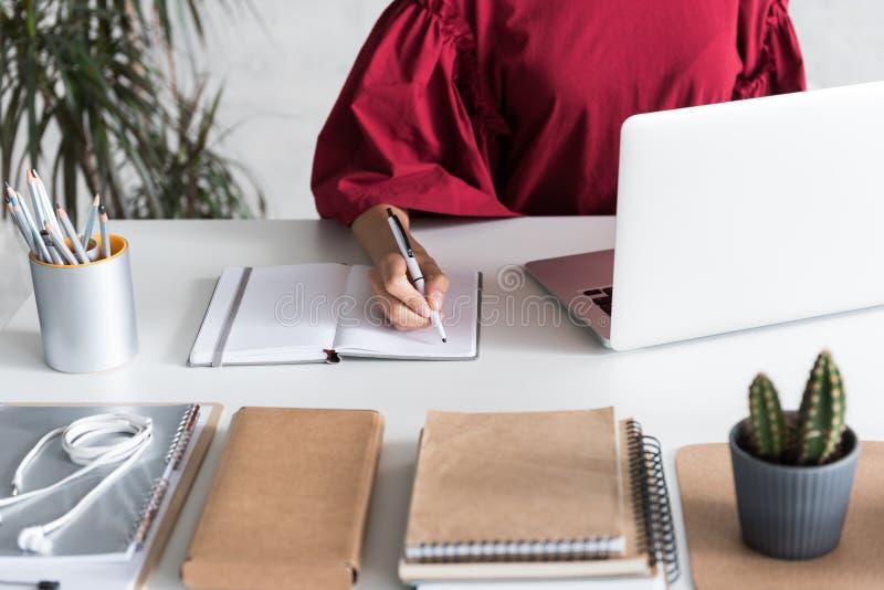 Stilvolle Geschäftsfrau macht einige Anmerkungen lizenzfreie stockbilder