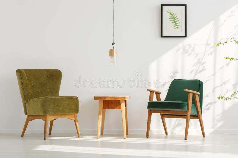 Stilvolle grüne Stühle im Raum lizenzfreie stockfotos