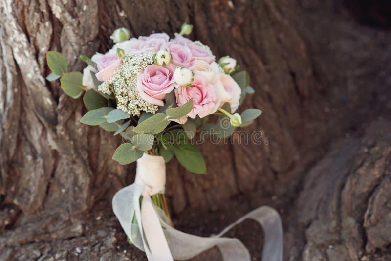 stilvolle Heiratsattribute der Braut klassisches bride& x27; s-Blumenstrau? stockfotos
