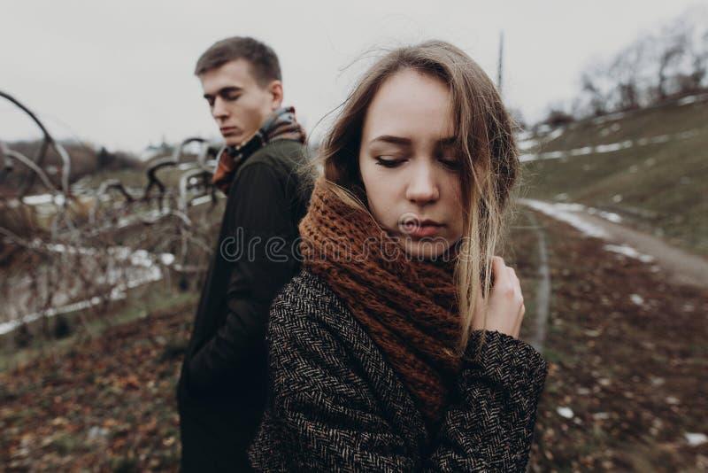 Stilvolle Hippie-Frau und -mann, die im windigen Herbst aufwirft, parken sensu stockbild