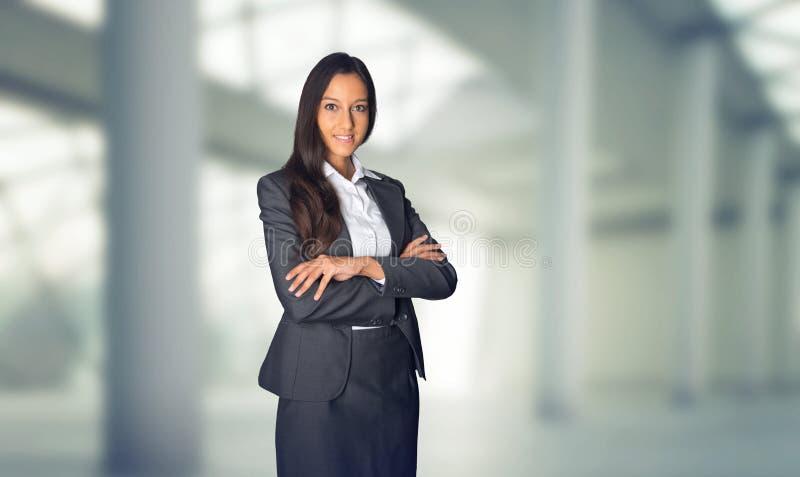 Stilvolle Hosteß oder Geschäftsfrau, die wartend steht stockfotografie