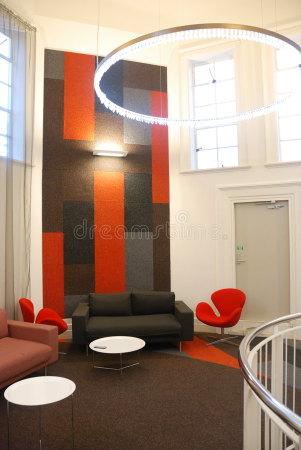 Stilvolle Innenarchitektur im Büro stockbild
