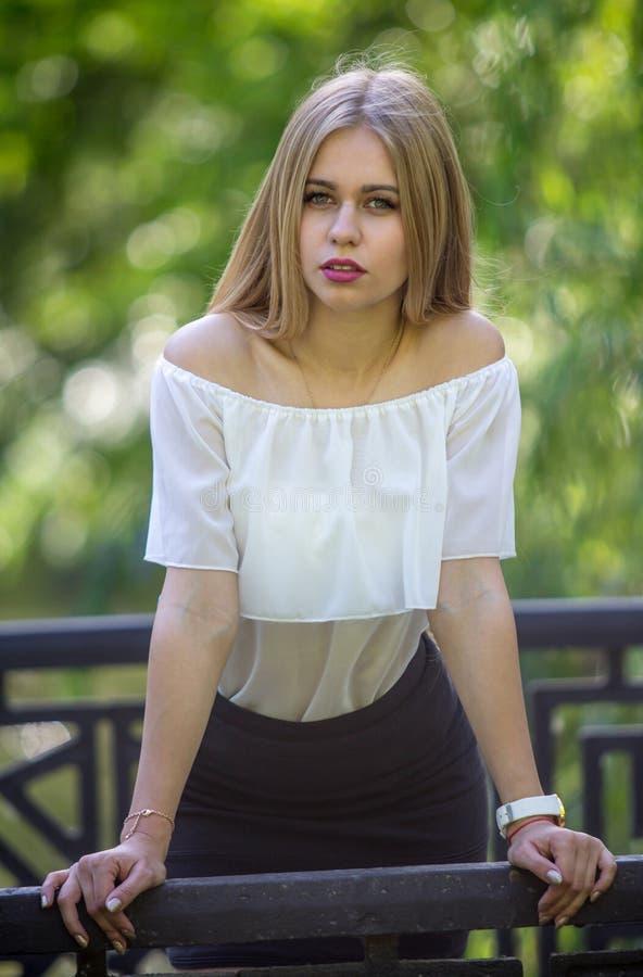 Stilvolle junge Blondine stockbild