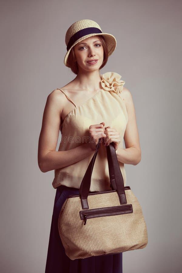 Stilvolle junge Frau in der Retro Klage stockfotos