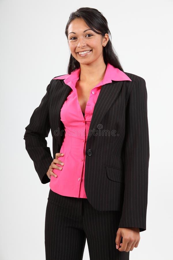 Stilvolle junge Geschäftsfrau, die dunklen Anzug trägt stockfoto