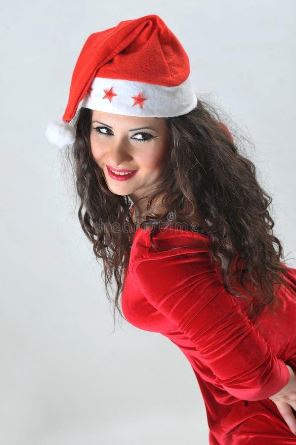 Stilvolle junge lächelnde Frau im Kostüm von Santa Claus lizenzfreies stockfoto