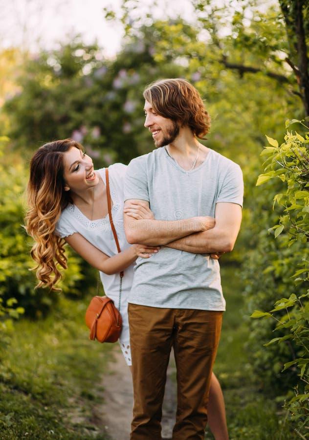 Stilvolle junge Paare Filmfoto Auftritt und Kleidung für eine Fotoaufnahme einer Liebesgeschichte Das Mädchen umarmt den Kerl lizenzfreie stockfotografie