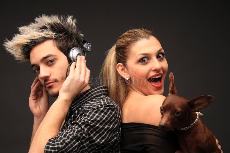 Stilvolle junge Paare mit Hund stockbild