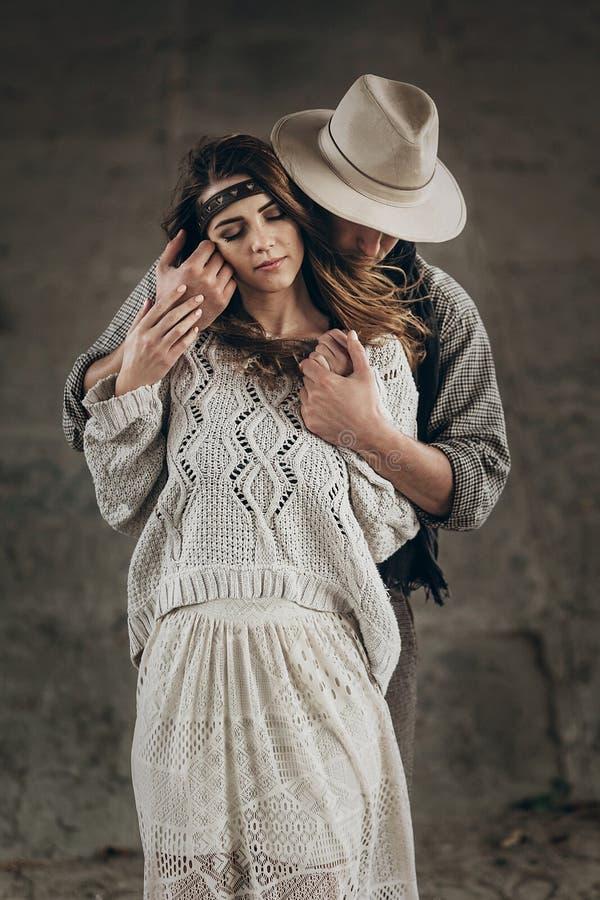 Stilvolle leicht umarmende Hippie-Paare Mann in Hut sinnlichem touchi lizenzfreie stockbilder