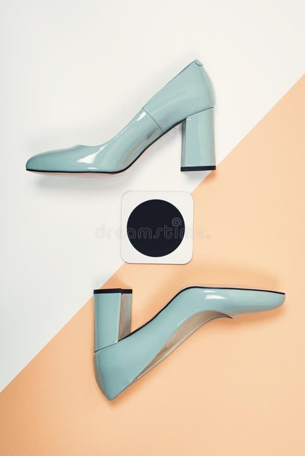 Stilvolle modische Fersen Sommermode Ausstattung, Luxusparteischuhe Minimales Modekonzept stockbilder