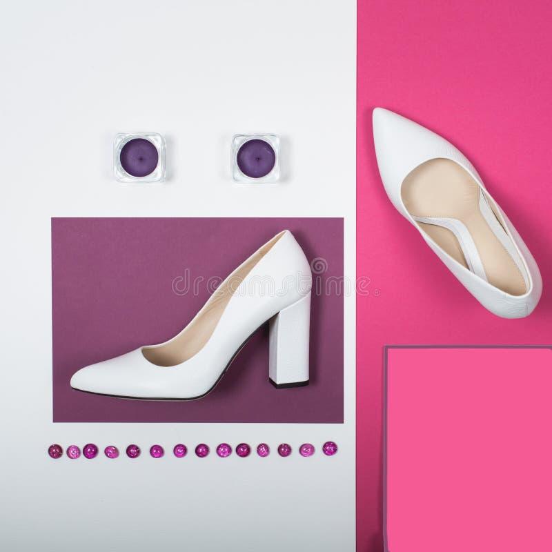 Stilvolle modische weiße Fersen Sommermode Ausstattung, Luxusparteischuhe Hippie-Wesensmerkmale Minimales Modekonzept stockfotos