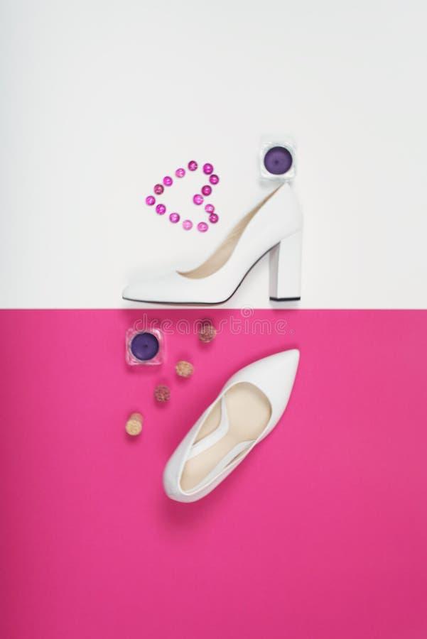 Stilvolle modische weiße Fersen Sommermode Ausstattung, Luxusparteischuhe Hippie-Wesensmerkmale Minimales Modekonzept stockfotografie