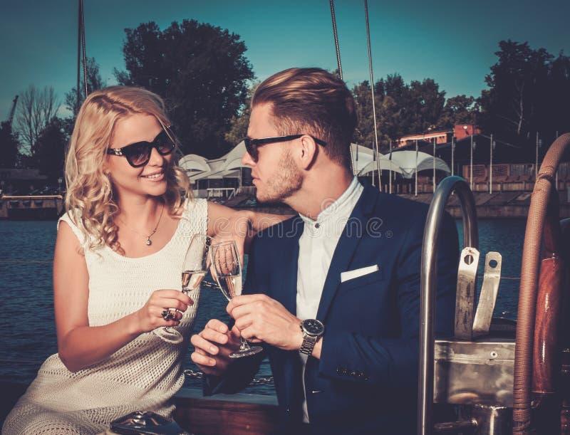 Stilvolle Paare auf einer Yacht stockfoto