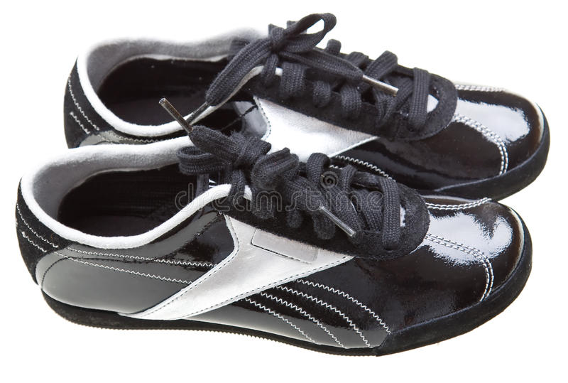 Stilvolle rüttelnde Schuhe der Nahaufnahme getrennt auf Weiß lizenzfreies stockbild