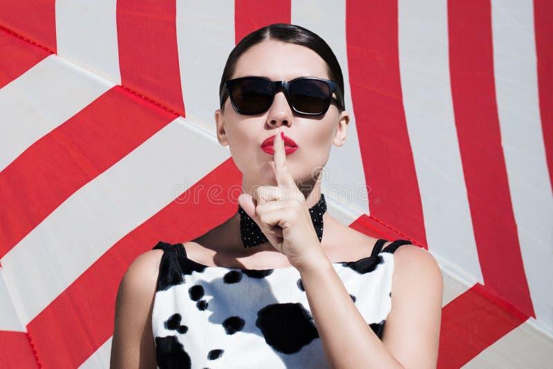 Stilvolle Schönheit mit Sonnenbrille und den hellen gemalten Lippen lizenzfreie stockbilder