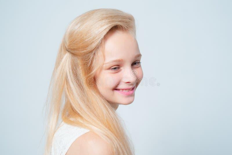 Stilvolle Schönheit Schönheitssalon gesundes, langes Haar mit natürlicher Farbe Haarfärbung Blondine stockfotos