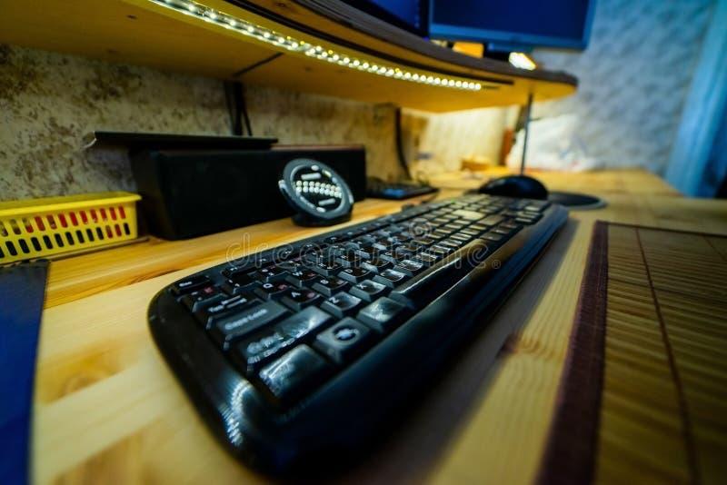 Stilvolle schwarze Tastatur auf Holztisch stockfotografie