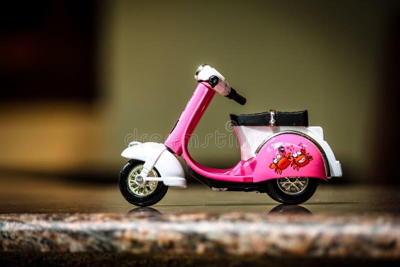 Stilvolle scooty chetak Spielzeug-Fahrradpinks girly  lizenzfreie stockbilder