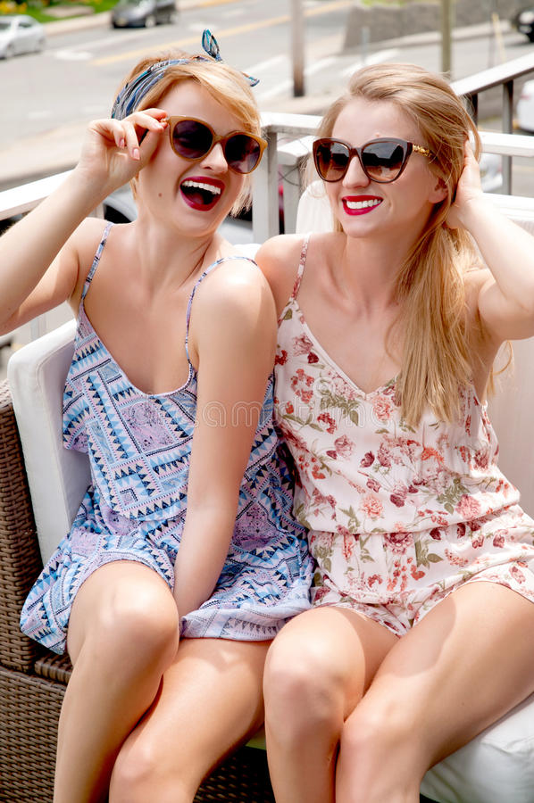 Stilvolle sexy Schönheiten modelliert in der hellen Kleidung des Sommers stockbilder