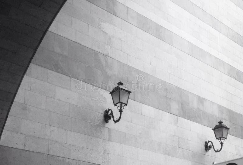 Stilvolle Straßenlaternen auf Wand lizenzfreie stockfotografie